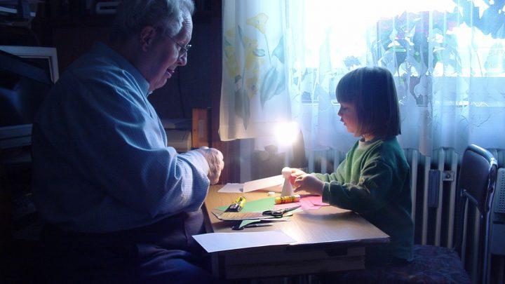 Stosunki wnuków z dziadkami, kiedy mieszkają razem i kiedy osobno.